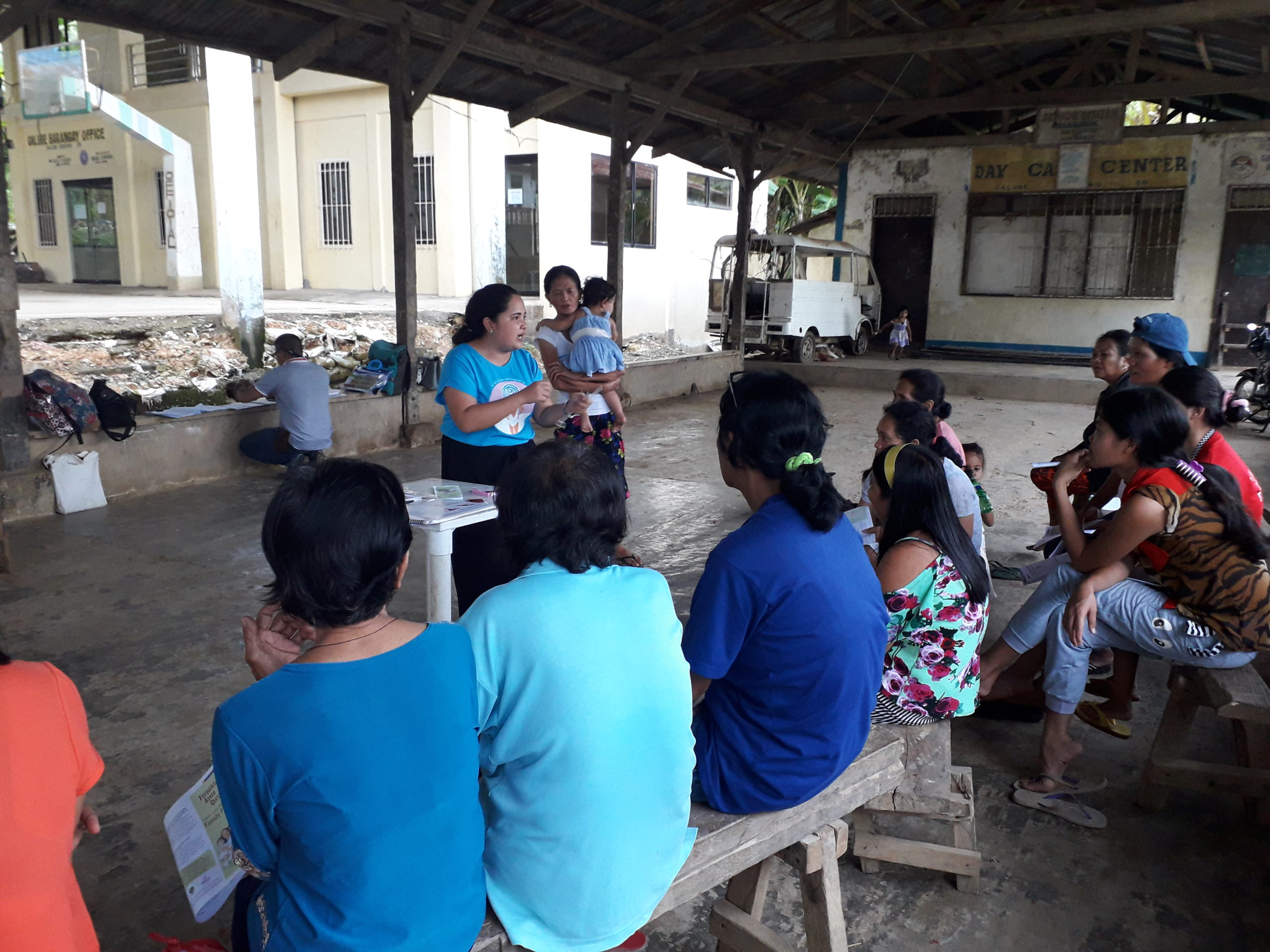 At a Transform project training session Nurse Mylin Rendoque talks to families about family planning in the Philippines.
